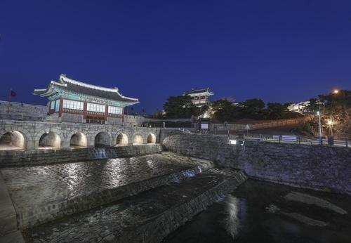 华虹门建于坝闸之上。(韩联社记者成演在摄)