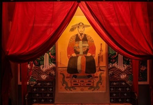 挂在华宁殿里的正祖御真(韩联社记者成演在摄)