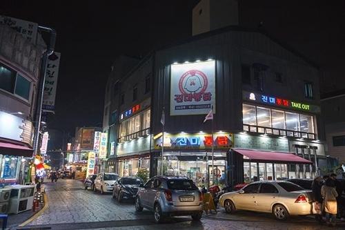 水原炸鸡胡同(韩联社记者成演在摄)