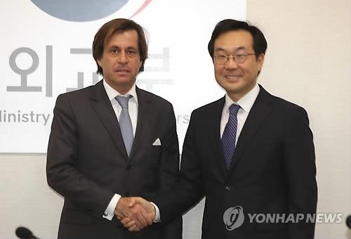 12月5日下午,在首尔,李度勋(右)与里维埃在第二次韩法高级别对话中握手。(韩联社)
