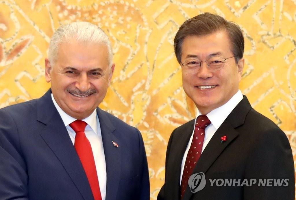12月6日,在青瓦台,文在寅(右)会见土耳其总理耶尔德勒姆。(韩联社)