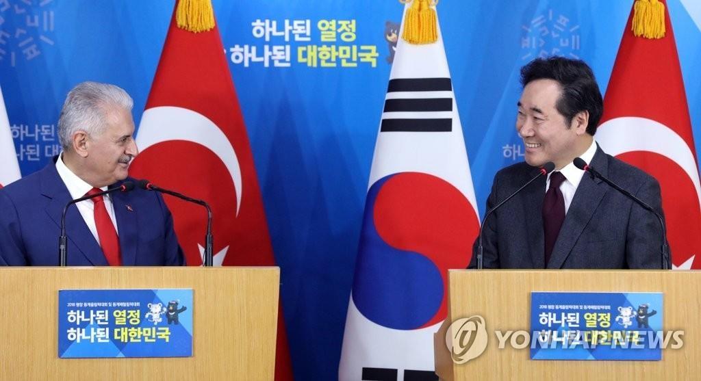 韩国总理李洛渊(右)和土耳其总理耶尔德勒姆共同会见记者。(韩联社)