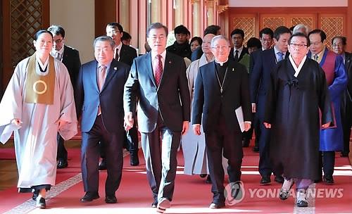 12月6日,在青瓦台,文在寅(中)与各大宗教团体领袖走入座谈会场。(韩联社)