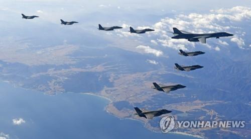 资料图片:12月6日飞临韩国的B-1B轰炸机(韩联社)