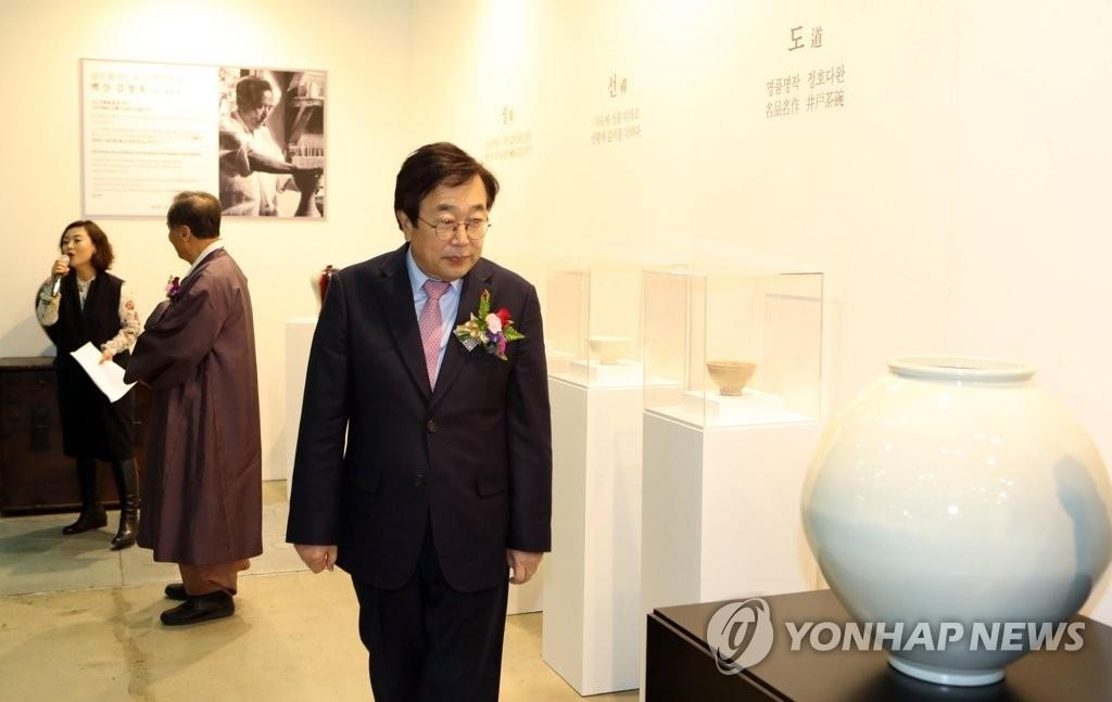 釜山市市长徐秉洙在国际艺术展展会欣赏作品。(韩联社)