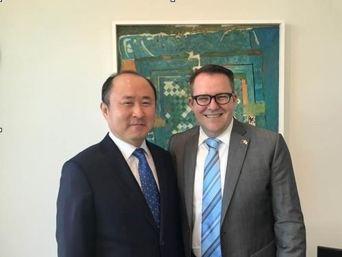 第13届韩国-新西兰经济联委会会议在新西兰举行,图为韩方和新西兰与会代表合影。(韩联社)