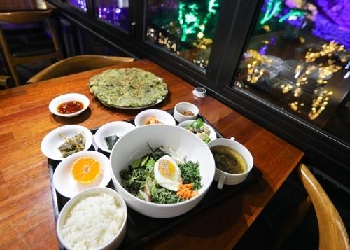 用当地有机农野菜制作的拌饭套餐(韩联社记者成演在摄)
