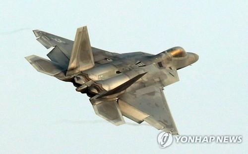 """资料图片:12月4日降落于光州空军基地的F-22""""猛禽""""战机(韩联社)"""