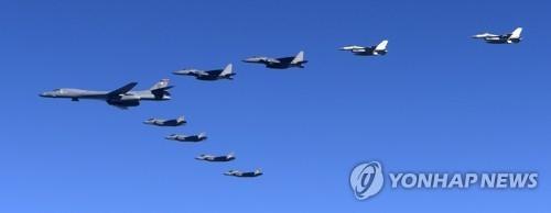 """资料图片:12月6日飞临韩半岛的B-1B""""枪骑兵""""轰炸机(韩联社)"""