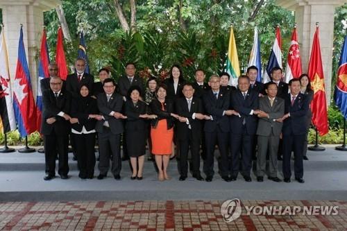 资料图片:2017年4月5-6日在宿务举行的东盟与韩中日财政与央行副手会。(韩联社/欧新社)