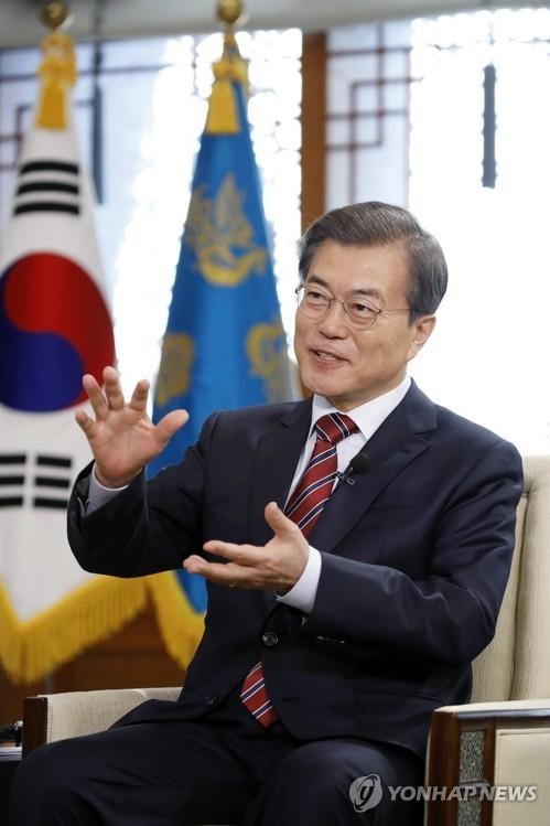 12月8日,在青瓦台,文在寅接受中国央视专访。(韩联社/青瓦台提供)