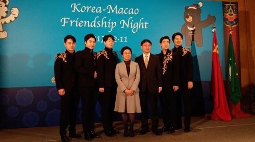 """12月11日晚,""""韩-澳门友好之夜""""活动在澳门举行,相关人士合影留念。(韩联社)"""