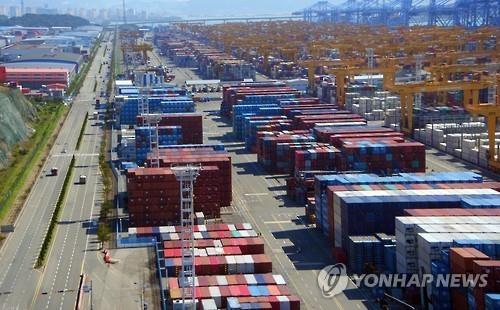 资料图片:釜山港内的集装箱(韩联社)