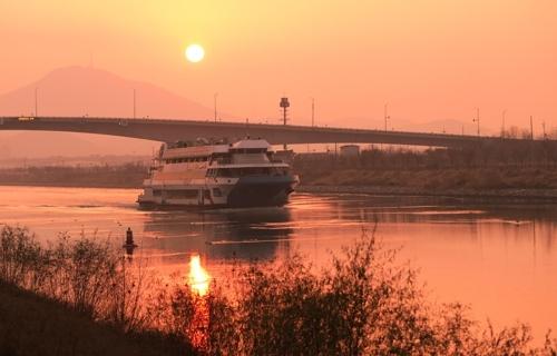 夕阳下的京仁运河邮轮(韩联社记者成演在摄)