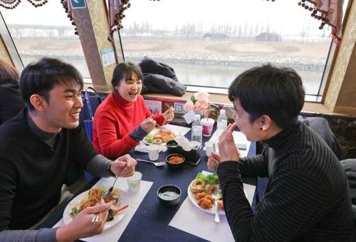 外国游客享用观景自助餐。(韩联社记者成演在摄)