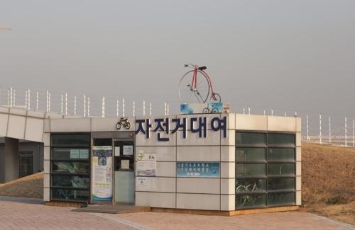 便于骑游运河的公共自行车租赁点(韩联社记者成演在摄)