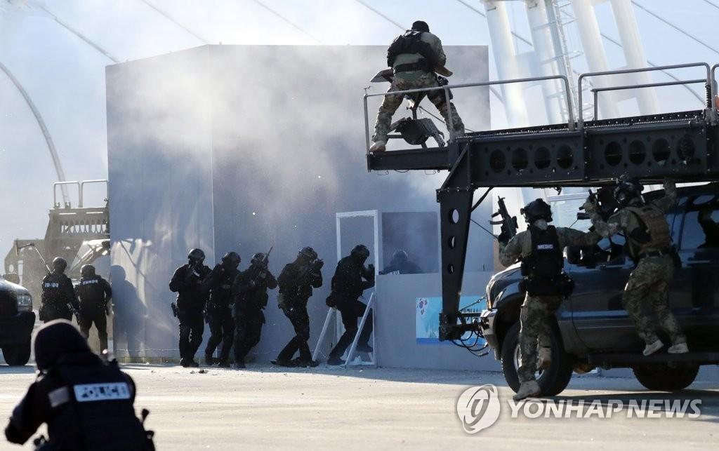 12月12日下午,在平昌奥运会主体育场,国家反恐综合演习队员在选手休息室进行应对扣押人质的演习。(韩联社)