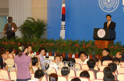 资料图片:2003年7月9日,在清华大学,时任韩国总统卢武铉在演讲后接受学生提问。(韩联社)