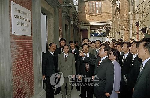 资料图片:1994年3月26日,在上海韩国临时政府旧址,金泳三追思抗日独立运动先贤。(韩联社)