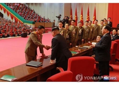 """据朝鲜党报《劳动新闻》13日报道,12月12日,在平壤4·25文化会馆,金正恩表彰""""火星-15""""型洲际级弹道导弹的研发人员。图片仅限韩国国内使用,严禁转载复制。(韩联社/《劳动新闻》)"""