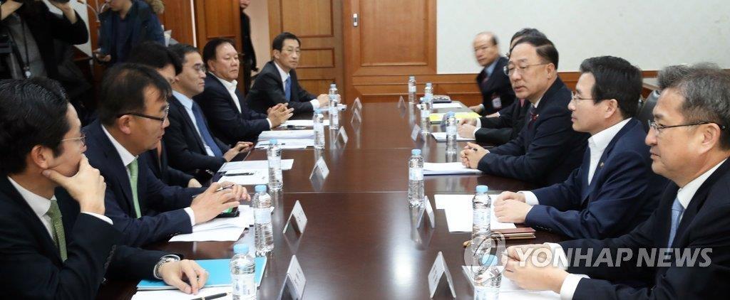 12月13日,在中央政府首尔办公大楼,韩国政府有关部门紧急开会讨论虚拟货币问题。(韩联社)