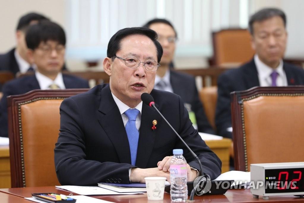 12月13日上午,在韩国国会,国防部长官宋永武在国防委员会全体会议上回答提问。(韩联社)