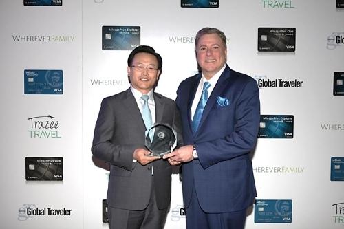 """12月12日,韩亚航空获评《环游世界》""""最佳机内服务奖""""和""""最佳乘务员奖""""。(韩联社/韩亚航空提供)"""