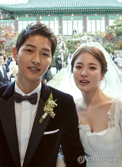 10月31日下午,在首尔市中区新罗酒店,宋仲基(左)和宋慧乔喜结良缘。(韩联社)
