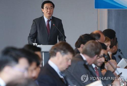 12月13日,在首尔,韩国统一部长官赵明均向主要国家大使介绍韩国政府的韩半岛政策。(韩联社)