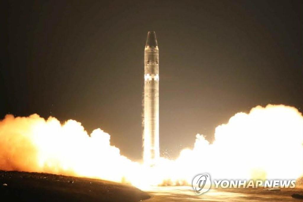 """11月29日,朝鲜劳动党机关报《劳动新闻》公开""""火星-15""""型洲际弹道导弹发射场面。图片仅限韩国国内使用,严禁转载复制。(韩联社/朝鲜《劳动新闻》)"""