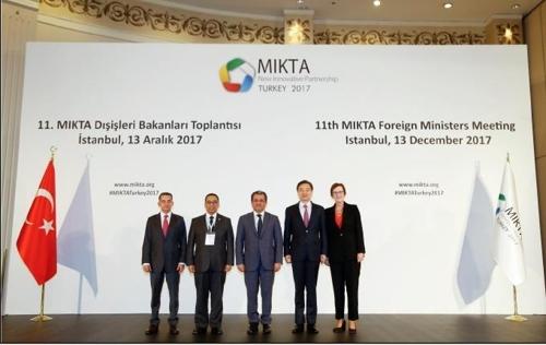 当地时间12月13日,在土耳其伊斯坦布尔,韩国外交部第二次官赵显(右二)与中等强国合作体成员国外长合影。(韩联社)