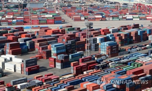 资料图片:釜山港集装箱集散站(韩联社)