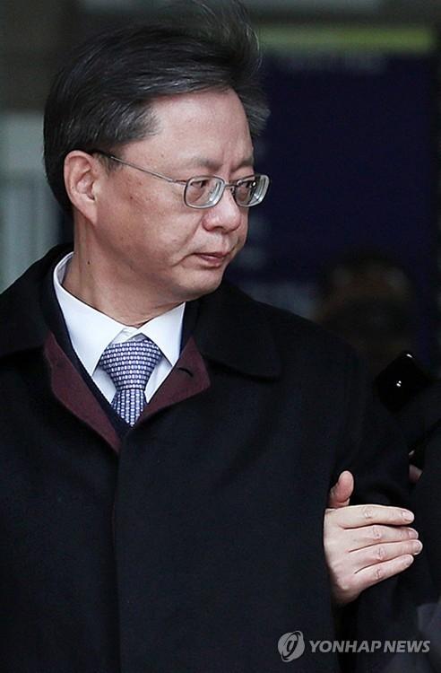 12月14日上午,在首尔中央地方法院,禹柄宇在接受羁押必要性审查后被押往看守所。(韩联社)