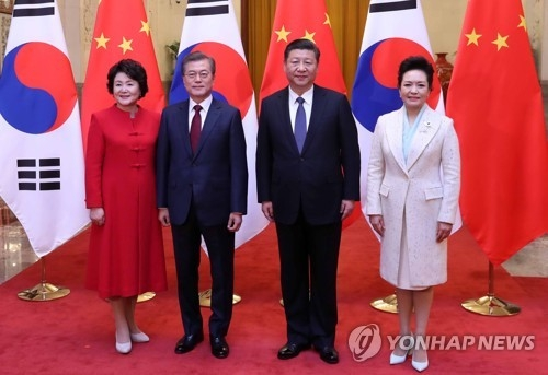资料图片:12月14日下午,在北京人民大会堂,韩国总统文在寅伉俪同中国国家主席习近平伉俪在欢迎仪式上合影留念。(韩联社)