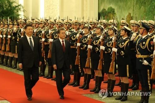 12月14日下午,在人民大会堂北大厅,文在寅和习近平检阅仪仗队。(韩联社)