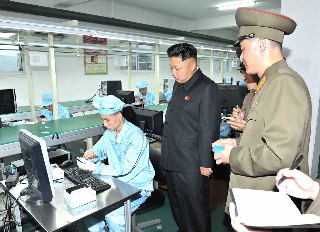 资料图片:5月11日,在朝鲜一电子产品工厂,朝鲜劳动党委员长金正恩进行现场指导。图片仅限韩国国内使用,严禁转载复制。(韩联社/朝中社)