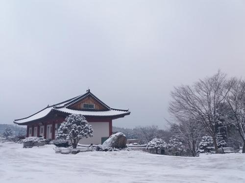 雪中的白莲寺(韩联社/白莲寺提供)