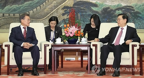 12月15日下午,在北京人民大会堂,韩国总统文在寅(左)会见中国全国人大常委会委员长张德江。(韩联社)