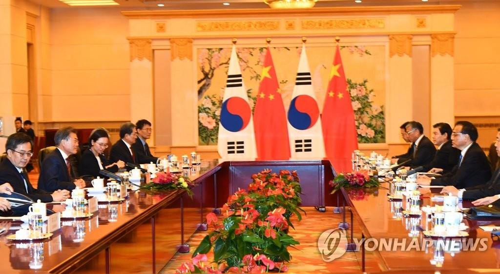 12月15日,在中国北京人民大会堂,韩国总统文在寅(左二)会见中国国务院总理李克强。(韩联社)
