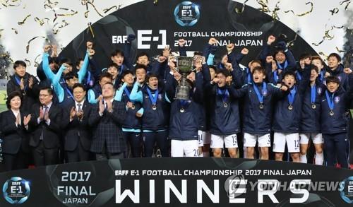 12月16日,在东京味之素球场,韩国男足球员们举手欢呼庆祝在第七届东亚杯中夺冠。(韩联社)