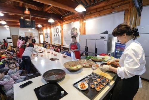 泡菜课堂上的小学员(韩联社记者成演在摄)