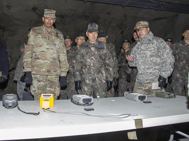 12月15日,韩国联合参谋本部议长郑景斗(前排居中)和韩美联合司令部司令文森特·布鲁克斯(前排左)访问隶属于驻韩美军第二师的防化部队。(韩联社/美陆军官方脸谱截图)