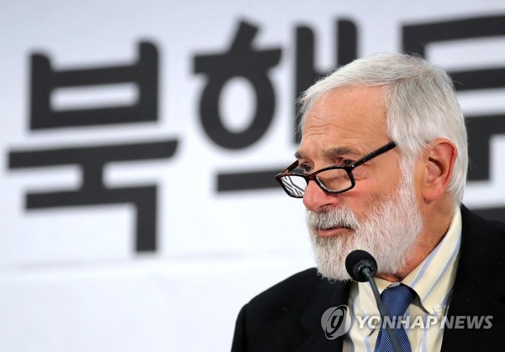 """12月18日上午,在韩国国会,美国国务院前朝核特使罗伯特·格鲁奇出席""""美国的半岛战略""""研讨会并发表主旨演讲。(韩联社)"""