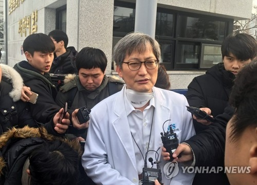 12月18日下午,在首尔国立科学搜查研究院前,国科搜法医调查科长梁京武介绍对新生儿尸检相关情况。(韩联社)