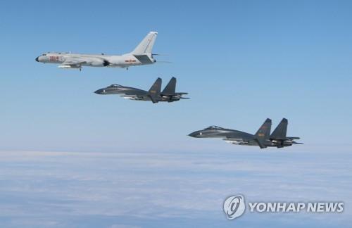 资料图片:解放军轰炸机和战斗机(韩联社)