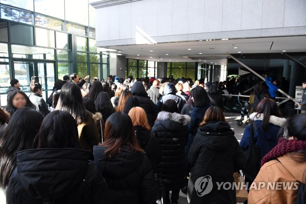 12月19日上午,在首尔峨山医院,大批粉丝前往男团SHINee成员钟铉灵堂吊唁。(韩联社)