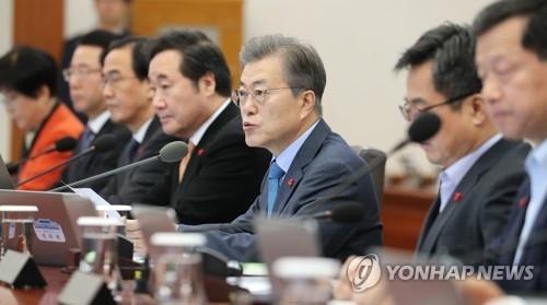 12月9日上午,在韩国总统府青瓦台,总统文在寅主持国务会议并发言。(韩联社)