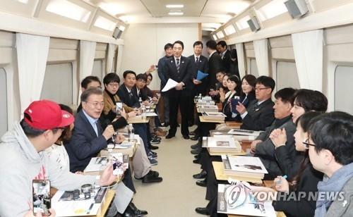 12月19日,在京江线高铁列车上,文在寅与普通民众共进午餐。(韩联社)