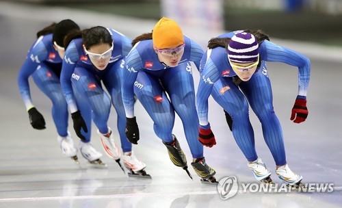 资料图片:10月24日上午,在首尔孔陵洞的泰陵国际滑冰场,李相花(右)领衔的韩国速滑女队备战平昌冬奥。(韩联社)