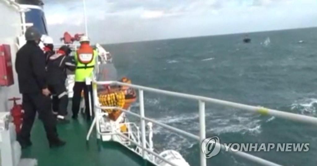 12月19日,韩国海警执行打击非法捕捞的任务。(韩联社/韩国海洋警察厅提供)